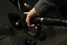 कच्चा तेल ढाई फीसदी से ज्यादा टूटा, कोरोना के कहर का असर