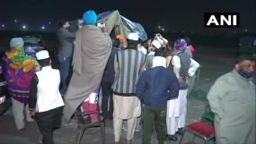 किसान आंदोलन: तीसरे दिनटिकरी और सिंघु बार्डर पर डटे किसान, चप्पे-चप्पे पर पुलिस तैनात, शाह के आह्वान पर हो सकती है बातचीत