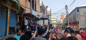 हैदराबाद : 10 हजार रुपये की बाढ़ राहत पाने हजारों लगे कतार में