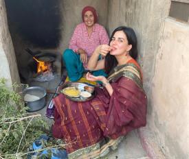राजस्थान में बाजरा रोटी की आनंद ले रहीं कीर्ति कुल्हारी