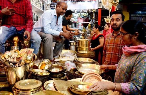 Dhanteras: जानिए, धनतेरस पर क्यों खरीदते हैं झाड़ू, बर्तन