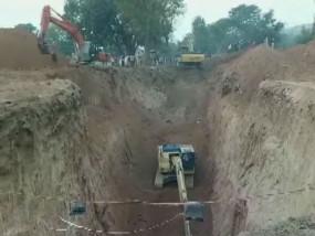 मध्यप्रदेश: बोरवेल गड्ढे में गिरे प्रहलाद को बचाने के लिए बनाई जा रही सुरंग