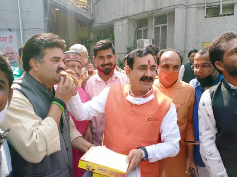 मध्य प्रदेश उपचुनाव 2020 : नरोत्तम मिश्रा ने मिठाई बांट मनाई खुशी , कांग्रेस पर साधा निशाना