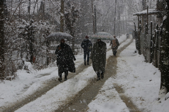 जम्मू-कश्मीर में बारिश, बर्फबारी से रात के तापमान में वृद्धि