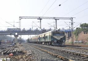 प. बंगाल: 8 महीने बाद फिर से शुरू हुईं लोकल ट्रेन सेवाएं