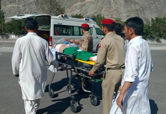 पाकिस्तान : यात्री वाहन के गड्ढे में गिरा, 8 लोगों की मौत, 11 घायल