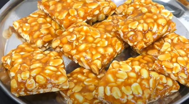 Peanut Chikki: सर्दियों में ऐसे बनाएं गुड़ की क्रंची मूंगफली गजक, जानें रेसिपी