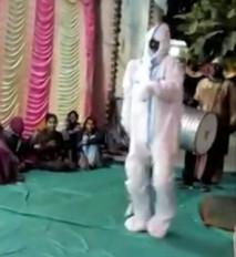 शादी सामारोह में पीपीई किट पहन नाचा शख्स, वीडियो वायरल