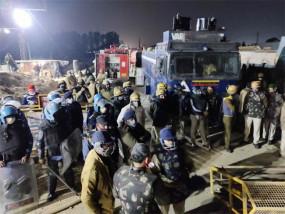 आक्रोशित अन्नदाता: सोनीपत में किसानों ने किया पथराव, पुलिस ने किया वाटर कैनन का इस्तेमाल