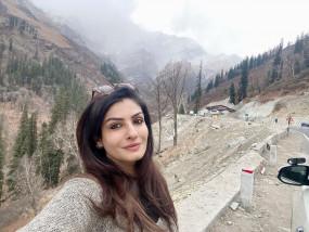 हिमाचल में सर्दी का लुत्फ ले रही हैं रवीना