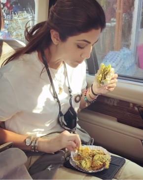 शिल्पा शेट्टी ने वाडा पाव का लुफ्त उठाया