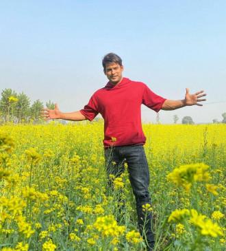 सिद्धार्थ ने शाहरुख जैसा सिग्नेचर पोज देने की कोशिश की