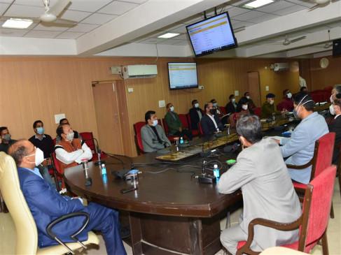 कोविड संक्रमण रोकने के लिए आवश्यकतानुसार कुछ प्रतिबंध लगाए जा सकते हैंः मुख्यमंत्री