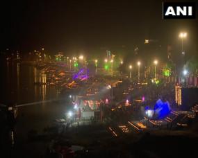 देव दीपावली: प्रधानमंत्री मोदी के दीया जलाते ही जगमगाई काशी, लाखों दीयों से जगमगाए मां गंगा के घाट, देखें तस्वीरें