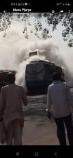 सवारियों से भरी चलती बस में अचानक लगी आग, यात्रियों में मचा हड़कंप