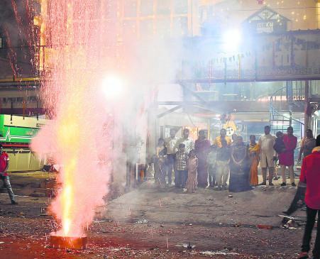 दिवाली पर खूब हुई आतिशबाजी, पाबंदी के बावजूद शोर से बढ़ा पोल्यूशन