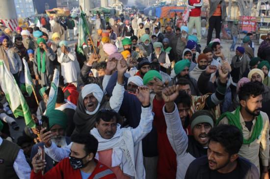 किसानों के दिल्ली चलो आंदोलन के कारण लंबे समय से फंसे हैं  ट्रक चालक