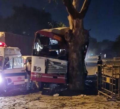 उप्र रोडवेज की बस दिल्ली में पेड़ से टकराई, कम से कम 20 घायल