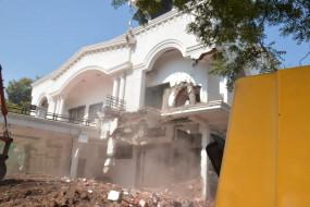 गज्जू का घर बचाने महिला ब्रिगेड सक्रिय, कर्मियों को मिली धमकी - जिला प्रशासन ने निगम कर्मियों को अकेला छोड़ा