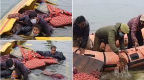 J&K: डल झील में बीजेपी की शिकारा रैली के दौरान नाव पलटी, स्थानीय लोगों ने बचाया
