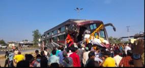 80 मजदूरों को लेकर जा रही बस खड़े टिप्पर से टकराई, 2 की मौत, 4 घायल