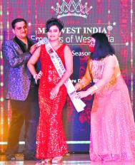 """डॉ. स्मिता ने जीता """"मिसेस ब्यूटी परपस' का खिताब"""