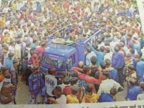 किसान ने अपने खेत में लगाई फांसी ग्रामीणों ने किया प्रदर्शन, चकाजाम