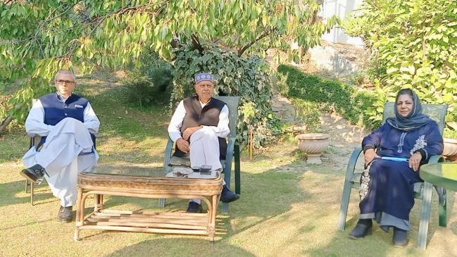 फारूक, महबूबा ने जम्मू-कश्मीर में वंशवादी शासन बचाने के लिए मिलाया हाथ : भाजपा