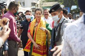 Bollywood: कंगना रनौत लौटी मुंबई, बोलीं- प्यारा शहर, उर्मिला ने पूछा- सिर के बल गिरी थीं क्या?