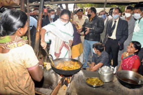 आदिवासियों के बीच पहुंची ममता बनर्जी, सब्जी पकाई- चाय पी, भाजपा ने कहे अपमानजन शब्द