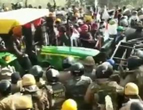 Farmers protest Video: उत्तराखंड में प्रदर्शनकारियों ने बैरिकेड पर ट्रैक्टर चढ़ाया, पुलिस को भागना पड़ा