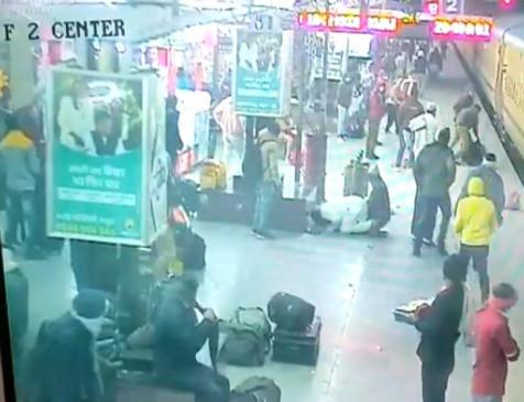 CCTV: ट्रेन में चढ़ने के प्रयास में एक यात्री फिसलकर प्लेटफ़ॉर्म और कोच के बीच गिरा