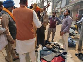 सिंघु बॉर्डर पर किसान आंदोलन के चलते लगी अस्थाई दुकानें