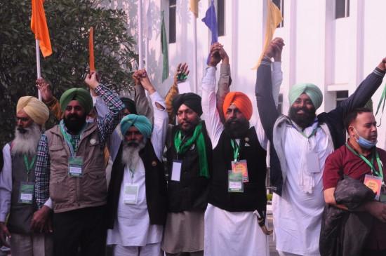 दिल्ली में किसानों और सरकार के बीच पांचवें दौर की बातचीत जारी