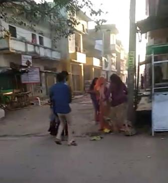 जमीन के विवाद पर महिला को बस स्टैंड पर निर्वस्त्र कर पीटा-टीकमगढ़ के कुंडेश्वर में इंसानियत हुई शर्मसार!