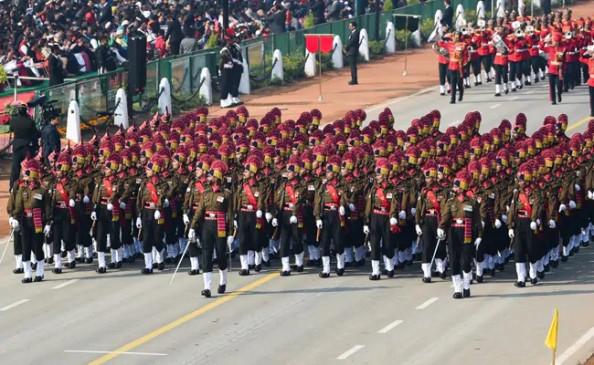 Republic Day 2021 LIVE: राजपथ पर रिपब्लिक डे परेड शुरू, तीनों सेनाओं की परेड, ब्रह्मोस मिसाइलों की निकली झांकी thumbnail