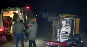 रसमोहनी-बेला रोड में हादसा, अनियंत्रित पिकअप पलटी, 16 घायल, 3 गंभीर