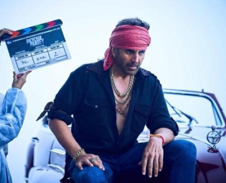 बाएं हाथ में कलावा बांधे नजर आए अक्षय कुमार, फिल्म बच्चन पांडे का लुक शेयर किया