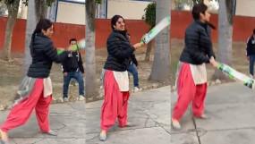 Video: सलवार-सूट पहनकर जाह्नवी कपूर ने खेला क्रिकेट, कहा- मैं इसकी आदी बन गई हूं