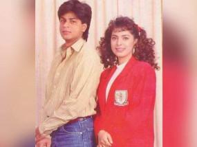 जूही चावला ने की शाहरुख खान के साथ 90 के दशक की फोटो शेयर, पूछा ये सवाल