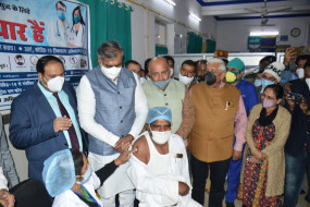 कोरोना वेक्सिनेशन : जबलपुर में पहला टीका लगा सफाई कर्मी बैसाखू को - कहा खुद पर है गर्व