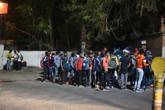 सेना भर्ती का 'फर्जी' संदेश वायरल, सेना मुख्यालय के सामने जुटे सैकड़ों युवा