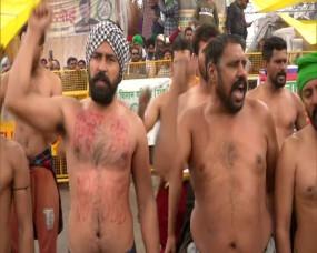 41वां दिन: कड़कड़ाती ठंड के बीच अर्ध-नग्न हालत में किसानों का प्रदर्शन, शरीर पर लिखा- No Farmer, No Food