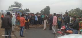 बिजली समस्या से परेशान किसानों ने किया चक्काजाम : कटनी-दमोह मार्ग पर घंटो बाधित रहा आवागमन
