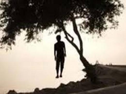 प्रताड़ना से तंग होकर युवक ने लगाई फांसी, पेड़ पर लटका मिला शव