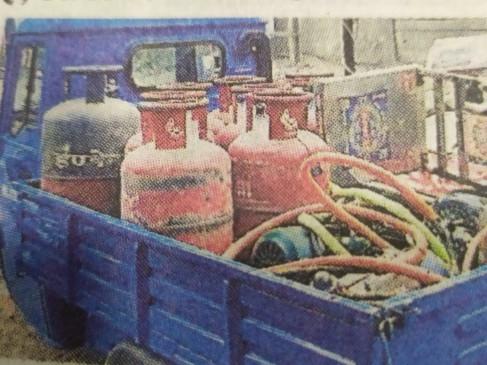 रिफिलिंग सेंटर पर खाद्य विभाग का छापा रांझी क्षेत्र में कार्रवाई, ऑटो रिक्शा सहित 9 गैस सिलेंडर जब्त