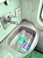 हमसफर का किराया 2400 और हाथ धोने के लिए पानी तक नहीं