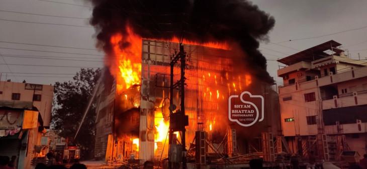 लातूर के गंज गोलाई में भीषण आग , करोड़ों का नुकसान