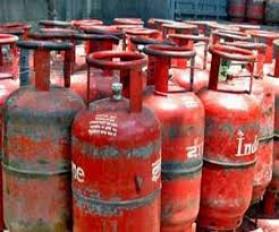 जमाखोरी : सिलेंडर रखने वाली कंपनी पर छापा, 18 घरेलू गैस सिलेंडर जब्त