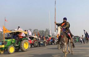Video: देश में पहली बार गणतंत्र दिवस पर ट्रैक्टर रैली निकाल रहे किसानों को तितर-बितर करने आंसू गैस के गोले छोड़े, लाठी चार्ज किया